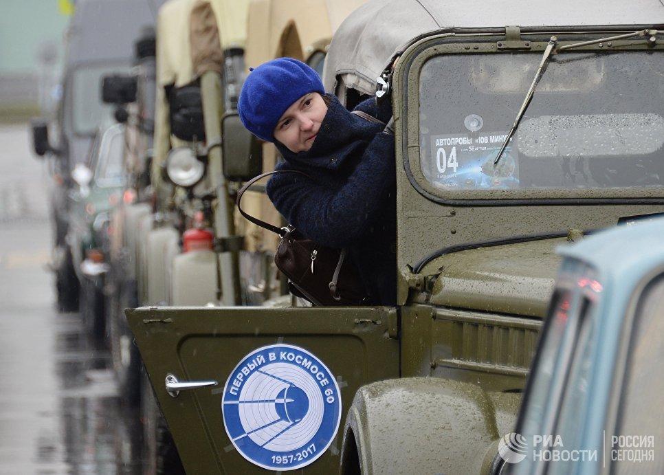 Участница автопробега 108 минут в Москве, приуроченного к 56-й годовщине полета человека в космос и 60-летию запуска первого спутника