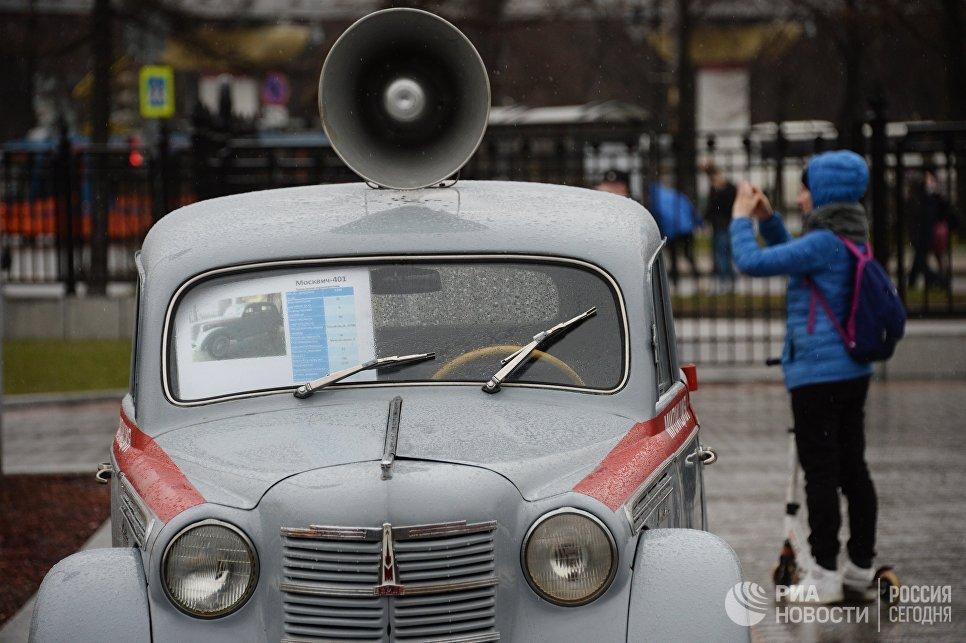 Автомобиль милиции Москвич 401 перед стартом автопробега 108 минут в Москве, приуроченного к 56-й годовщине полета человека в космос