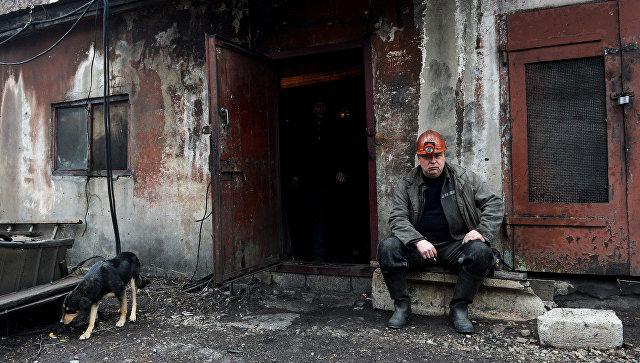 Шахтер после смены на шахте имени С.П. Ткачука в городе Харцызске. Архивное фото