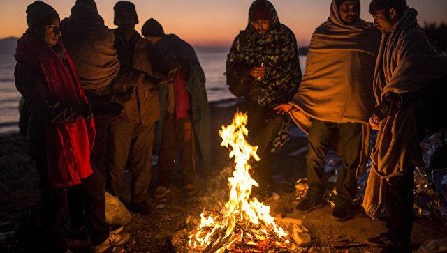 Мигранты греются у костра на греческом острове Лесбос. Архивное фото