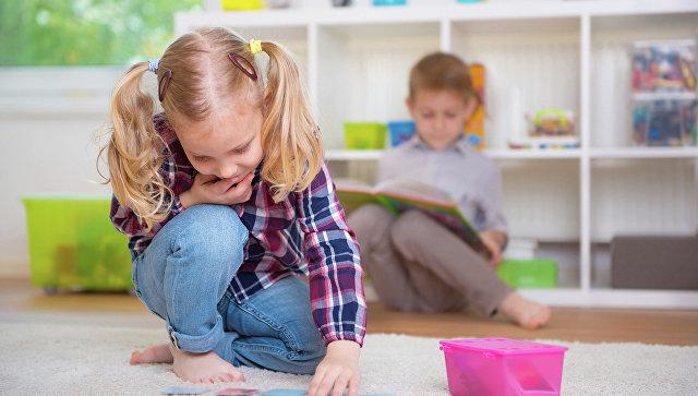 Дети играют в игры. Архивное фото