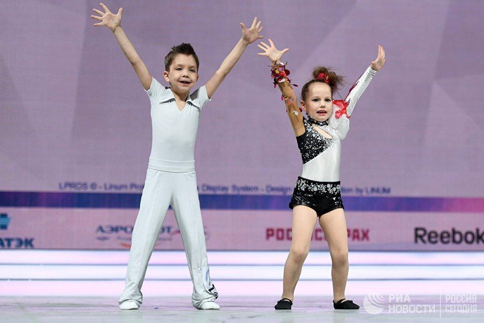 Спортсмены Дмитрий Ларионов и Полина Белизова во время всероссийских соревнований по акробатическому рок-н-роллу Rock'n'Roll &CO. в Москве