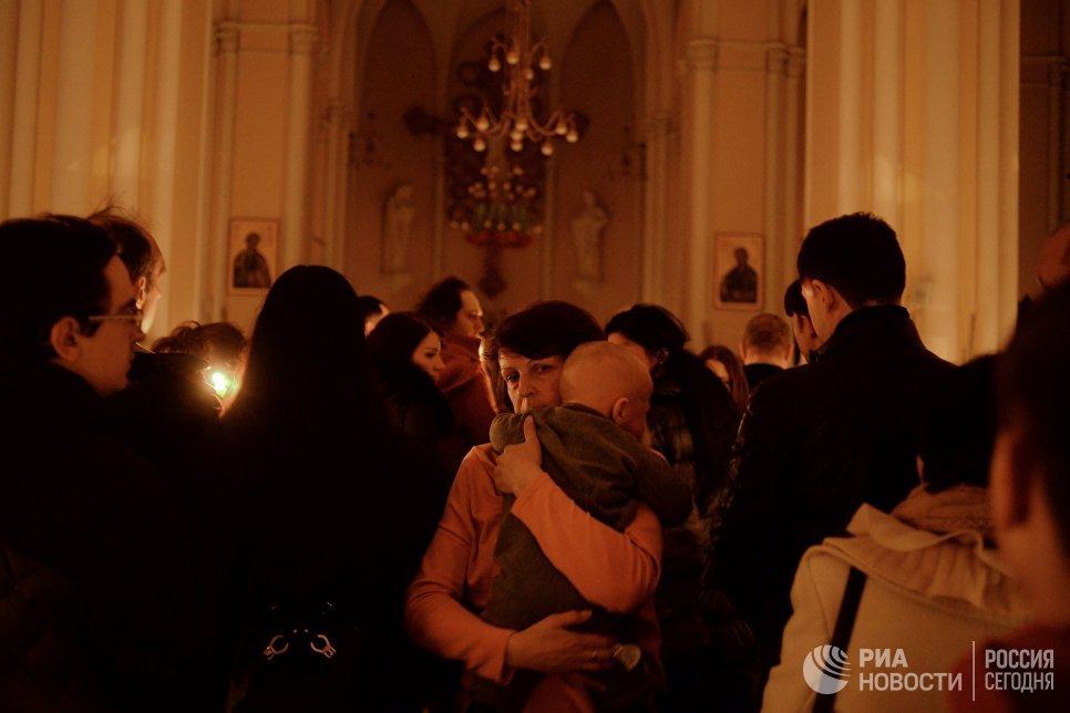 Верующие на праздновании католической Пасхи в Римско-католическом кафедральном соборе Непорочного зачатия Пресвятой Девы Марии в Москве