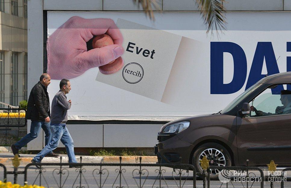Агитационный плакат с надписью Evet (Да) на одной из улиц Стамбула. В Турции проходит референдум по поправкам в Конституцию, предусматривающих переход на президентскую систему правления