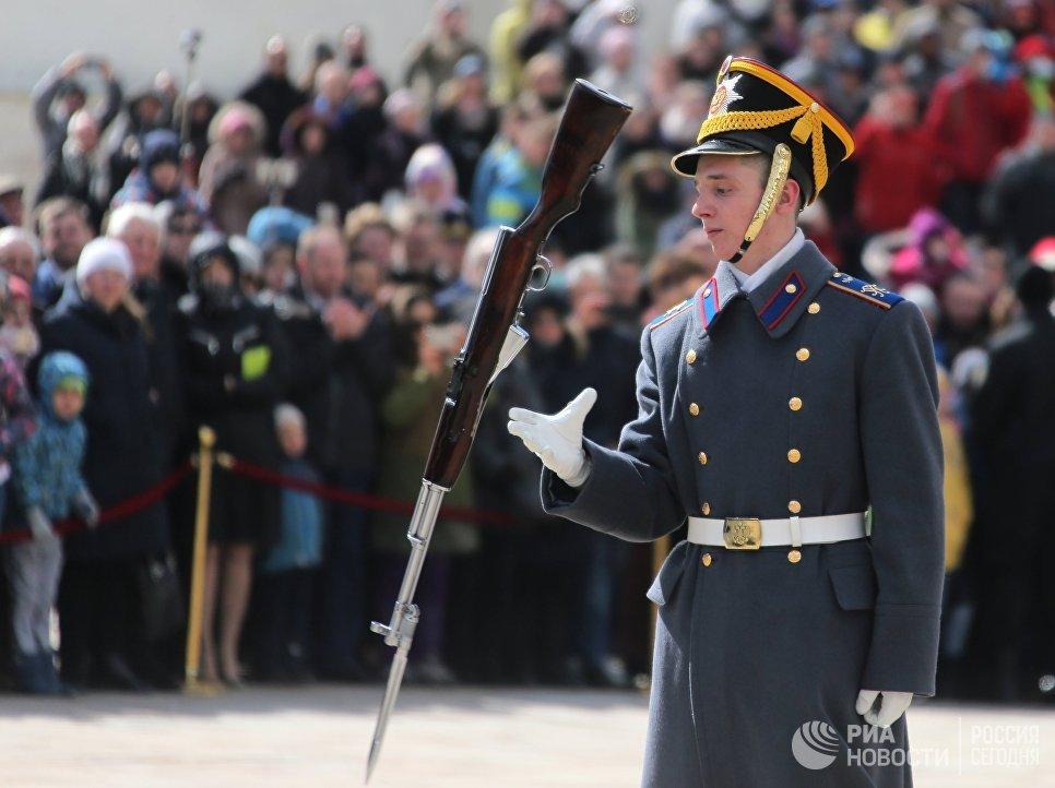 Военнослужащий Президентского полка во время первой в этом году церемонии развода пеших и конных караулов на Соборной площади Московского Кремля