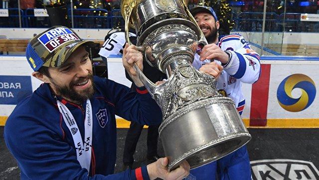 Игроки СКА Павел Дацюк и Илья Ковальчук с Кубком Гагарина КХЛ сезона 2016-2017. 16 апреля 2017