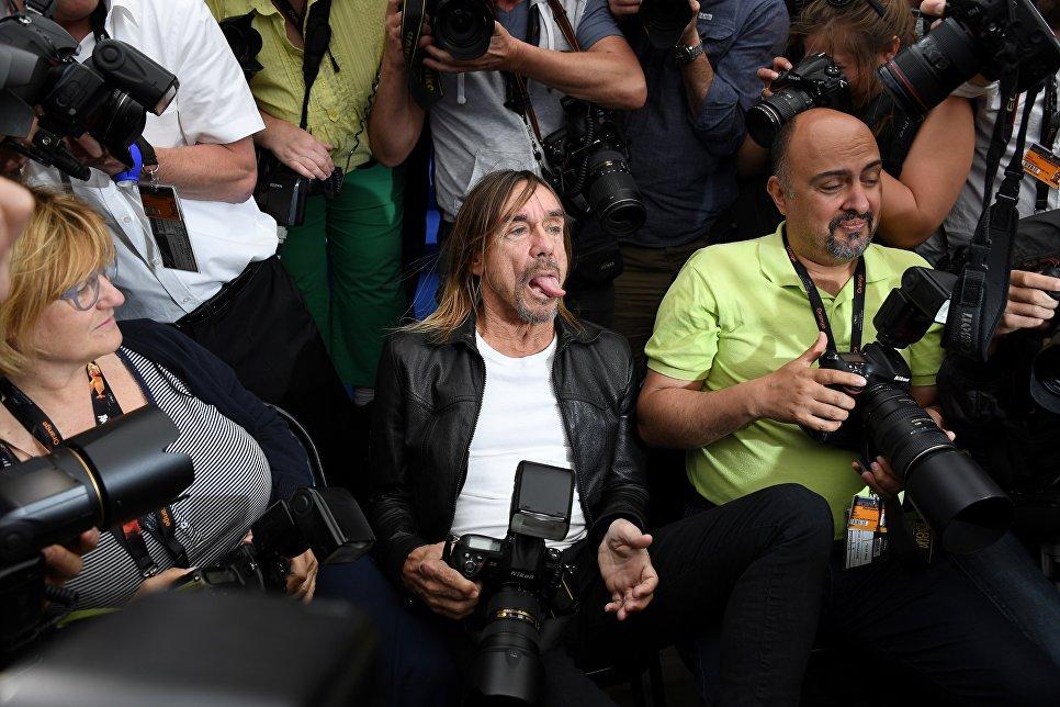Американский певец Игги Поп позирует с фотографами на 69-ом Каннском кинофестивале