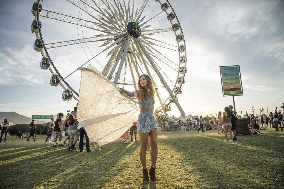 Девушка время музыкального фестиваля Коачелла в США