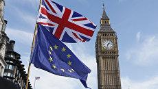 Флаги Евросоюза и Великобритании на фоне часовой башни Вестминстерского дворца. Архивное фото