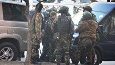 Бойцы СОБРа у здания приемной Управления ФСБ России по Хабаровскому краю, в котором неизвестный открыл огонь по сотрудникам и посетителям. 21 апреля 2017