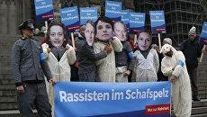Участники движения Avaaz протестуют против съезда политической партии Альтернатива для Германии (Alternative für Deutschland, AfD) в Кельне. 21 апреля 2017