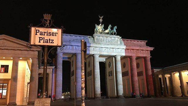 Браденбургские ворота подсветили французским флагом в память о жертвах теракта в Париже