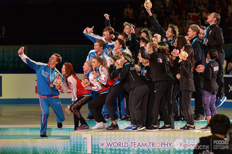 Призеры командного чемпионата мира по фигурному катанию в Токио на церемонии награждения