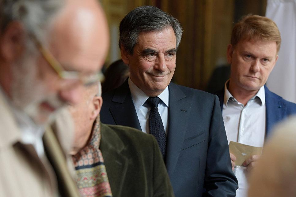 Кандидат в президенты Франции от партии Республиканцы экс-премьер Франсуа Фийон на избирательном участке