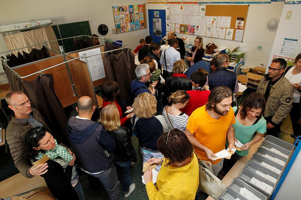Жители голосуют на избирательном участке в Марселе во время первого тура президентских выборов во Франции