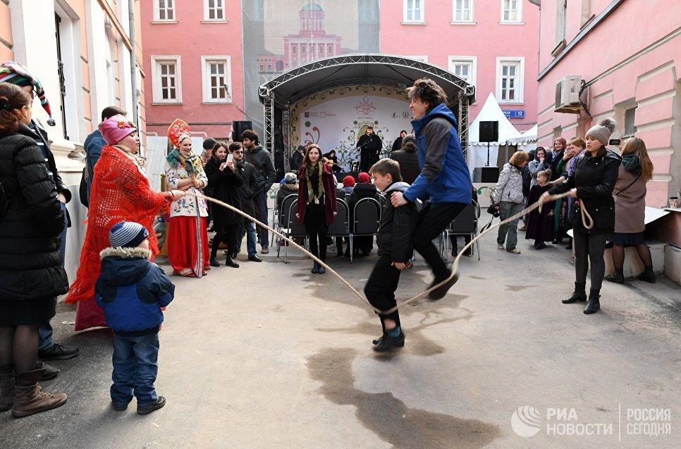 Дети прыгают через скакалку на арт-фестивале для журналистов МедиаПасха в Москве