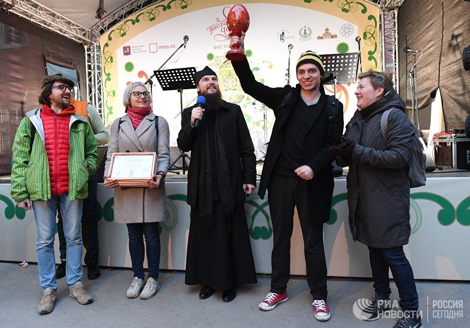 Сотрудники Международного информационного агентства Россия сегодня, занявшие первое место, на арт-фестивале для журналистов МедиаПасха в Москве