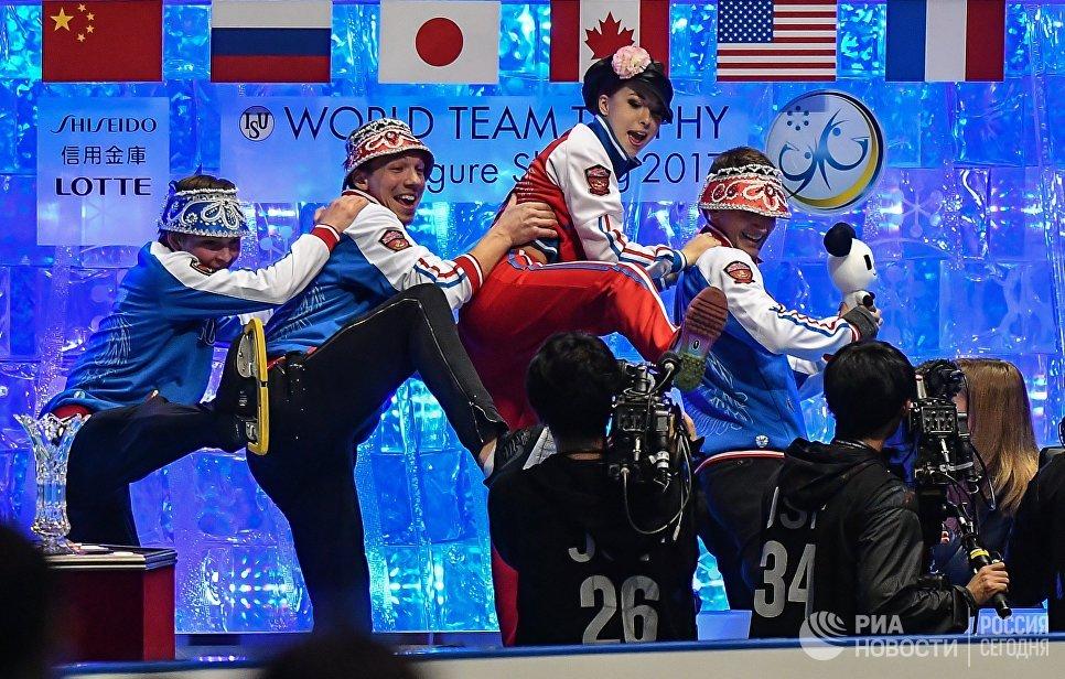 Российские спортсмены перед объявлением оценок за выступления в произвольной программе одиночного катания среди мужчин на командном чемпионате мира по фигурному катанию в Токио