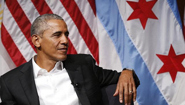 Бывший президент США Барак Обама во время выступления в университете Чикаго