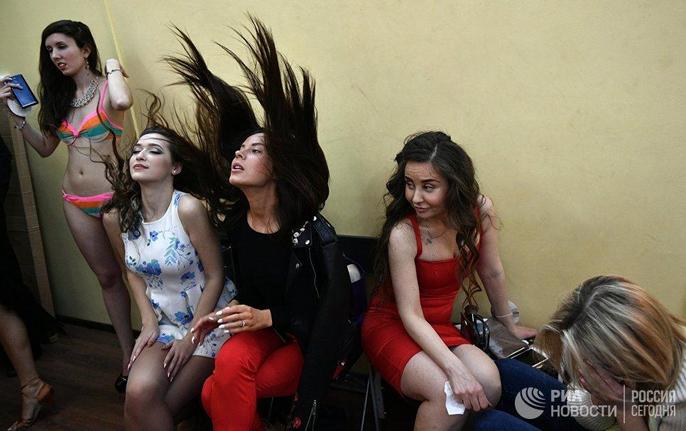 Девушки во время финального кастинг-отбора претенденток для участия в XXII фестивале талантов и красоты Мисс Москва — 2017 в театре танца Щелкунчик