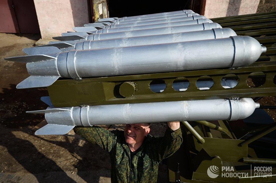 Мастер Максим Свекла демонстрирует законченную БМ-13 Катюша в поселке Большой Оеш Новосибирской области