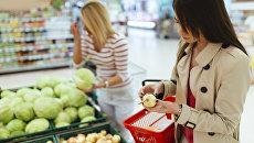Девушки покупают продукты в супермаркете. Архивное фото
