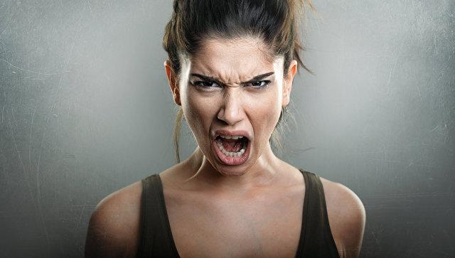 Рассерженная девушка сексуальный образ
