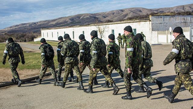 Украинские военные выходят с территории военной базы в поселке Перевальное.