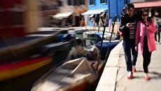 Туристы на одном из каналов Венеции. Архивное фото