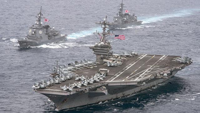 Авианосец ВМС США Карл Винсон в сопровождении эсминцев морских сил самообороны Японии. 26 апреля 2017