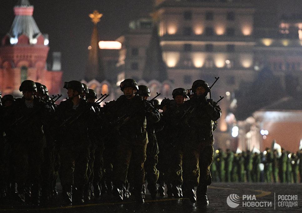 Военнослужащие на репетиции парада Победы на Красной площади