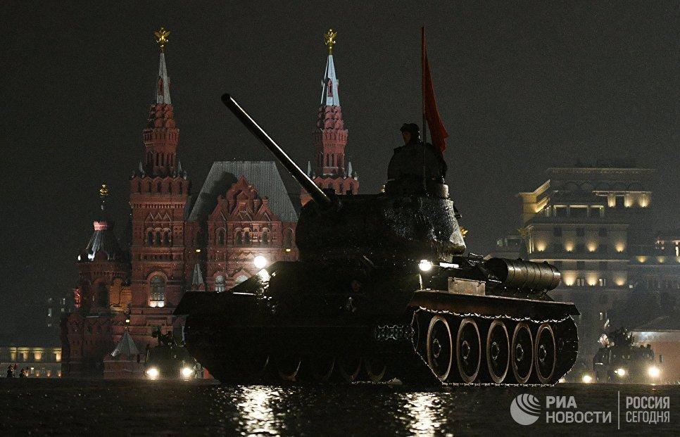 Танк Т-34-85 на репетиции парада Победы на Красной площади