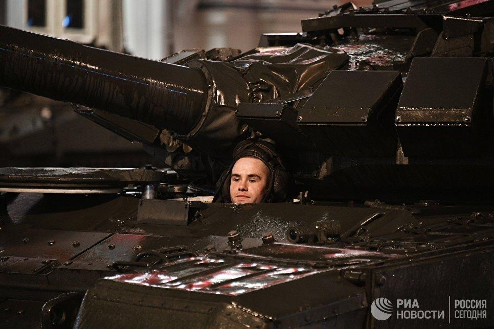 Военнослужащий в танке Т-72 Б3 во время прохода по Тверской улице на репетиции парада Победы на Красной площади