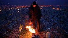 Винодел зажигает обогреватели, чтобы защитить виноградники во время заморозков во Франции