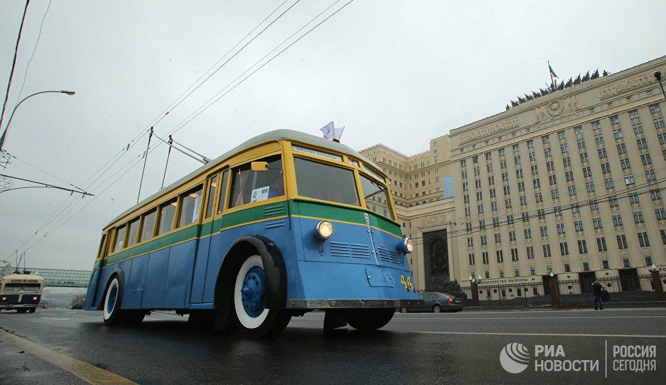 Троллейбус ЯТБ-1 в колонне ретротранспорта во время праздника московского троллейбуса