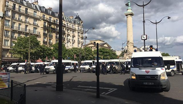 Милиция Франции применила слезоточивый газ против хулиганов сгорючей смесью надемонстрации