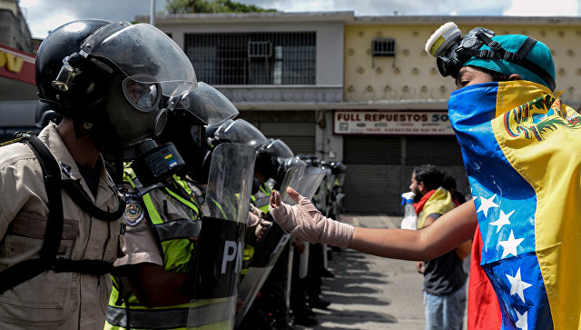 Сотрудники полиции и представители оппозиции в Венесуэле. Архивное фото
