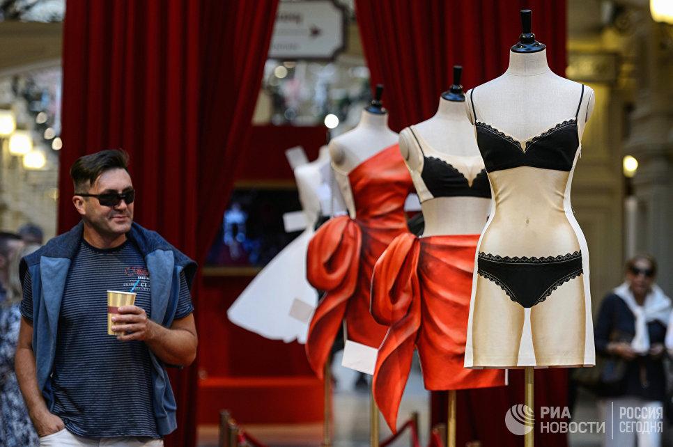 Выставка Бумажные куклы: 2D-мода от Moschino в ГУМе
