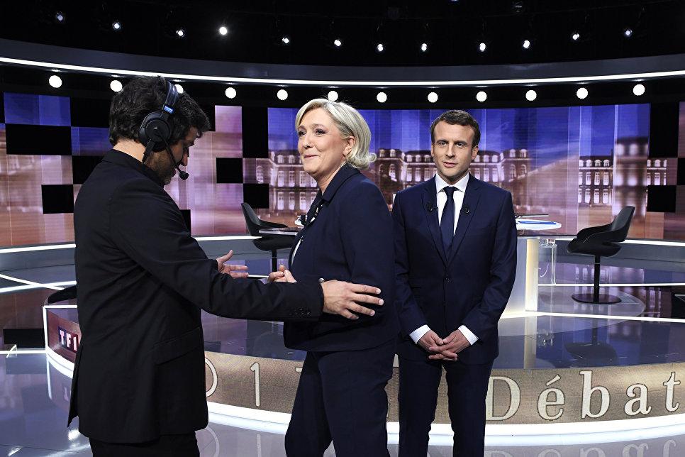 Кандидаты в президенты Франции Эммануэль Макрон и Марин Ле Пен до начала прямого эфира теледебатов. 3 мая 2017