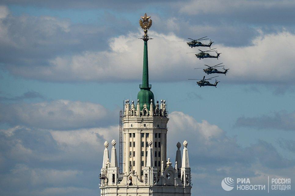 Ударные вертолеты Ми-28H Ночной охотник на репетиции воздушной части парада Победы в Москве
