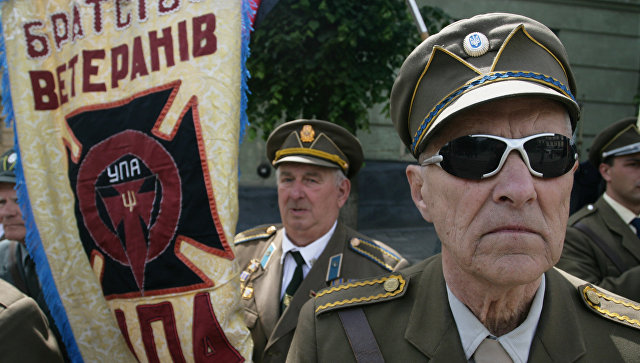 Ветераны УПА во время празднования Дня Героев у памятника Степану Бандере в центре Львова. 2009 год
