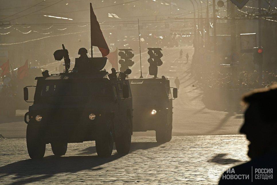 Бронеавтомобили Тигр-М и Тигр с противотанковым ракетным комплексом Корнет во время репетиции военного парада в Москве