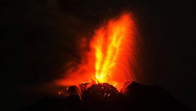 Извержение вулкана. Архивное фото
