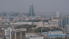 Вид на гостиницу Рюгён и жилые кварталы Пхеньяна со смотровой площадки монумента идей Чучхе