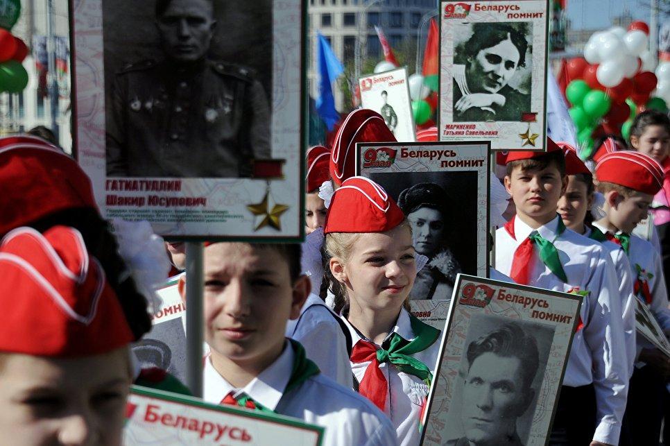 Участники шествия Бессмертный полк в честь 71-й годовщины Победы в Великой Отечественной войне 1941-1945 годов в Минске