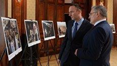 Посетители на открытии фотовыставки Сирия. Фотохроника войны в Вене
