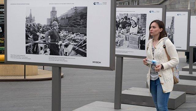 Выставка фотохроники военных лет в парке Музеон в Москве. Архивное фото