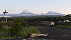 Вид на вулканы Ключевская Сопка, Безымянный и Крестовский в Камчатском крае.