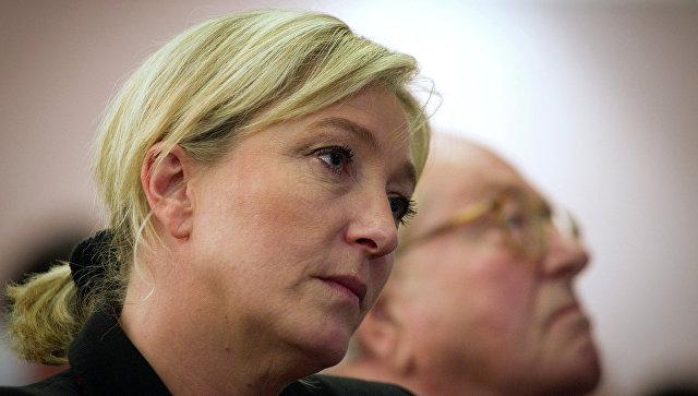 Лидер Национального фронта Марин Ле Пен и ее отец Жан-Мари Ле Пен
