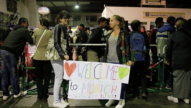 Беженцы с Ближнего Востока на автобусной станции в Мюнхене. Архивное фото